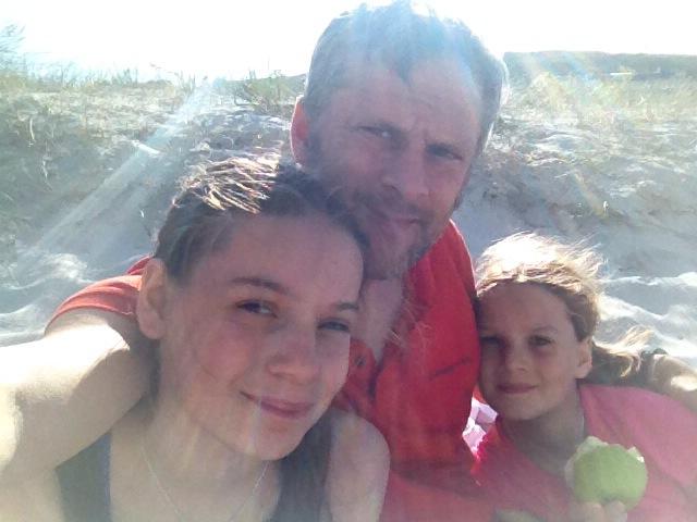 Mit den Kids am Strand in Laxe in Galizien