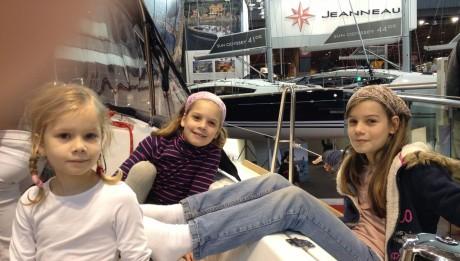Salon Nautic in Paris, 3 Mädels sitzten im Cockpit zur Probe