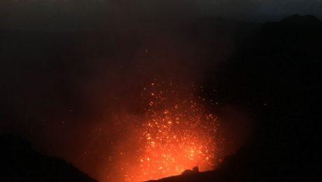 Eine der zahlreichen Eruptionen des Mount Yasur auf Tanna in Vanuatu