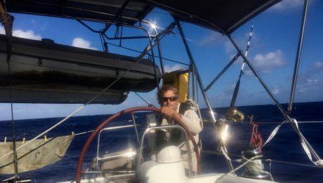 Der Skipper am Steuer der hapa na sasa